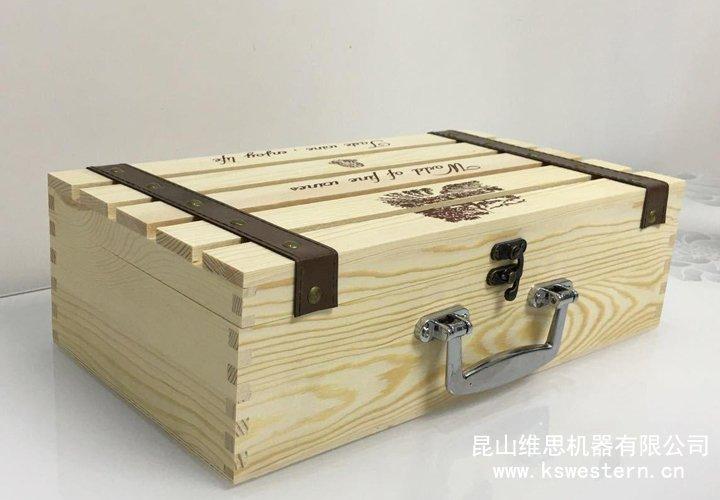 (2)皮质红酒礼品包装盒纹理方面优势:木质纹理少;纸质由于厚度单薄